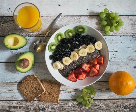 dieta wegańska, weganizm, jak komponować posiłki na diecie wegańskiej, co jeść na diecie wegańskiej, roślinne źródła białka, strączki, tofu